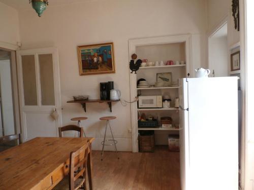 Cuisine ou kitchenette dans l'établissement cottage in a town house in the centre of Gray