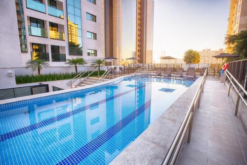 A piscina localizada em Athos Bulcão Hplus Executive ou nos arredores