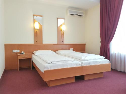 A bed or beds in a room at Hotel Haydn