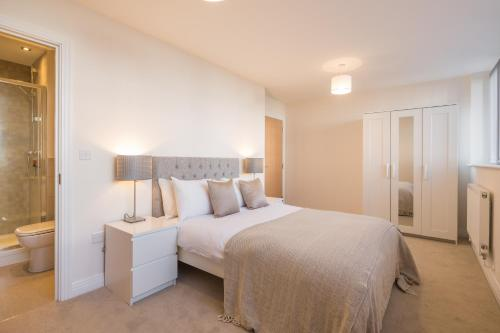 A bed or beds in a room at Skyline Serviced Apartments - Stevenage