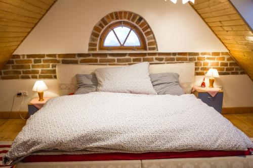 A bed or beds in a room at Růžová chalupa u Šimánků