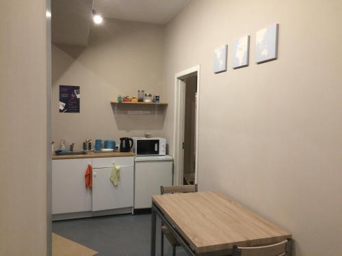 A kitchen or kitchenette at Hostel Oras
