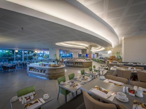 מסעדה או מקום אחר לאכול בו ב-נפטון אילת מרשת מלונות דן