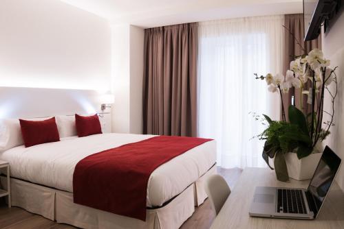 A bed or beds in a room at Hotel Pompaelo Plaza del Ayuntamiento & Spa