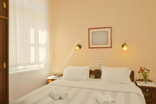 A bed or beds in a room at Silde Studios & Apartments