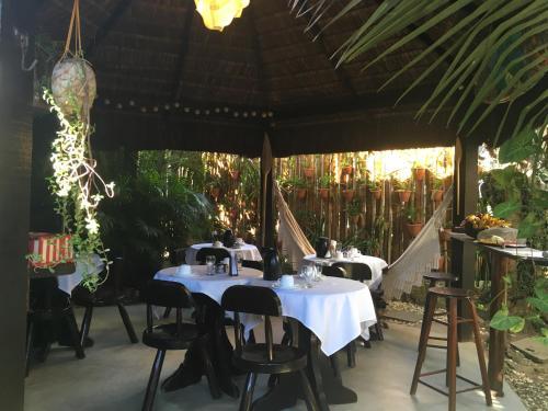 Um restaurante ou outro lugar para comer em Pousada Canto Verde