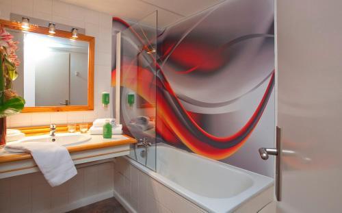 Salle de bains dans l'établissement Brit Hotel du Golf Le Lodge