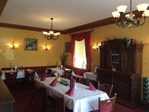 Een restaurant of ander eetgelegenheid bij Hotel Raatz