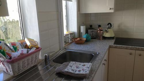 A kitchen or kitchenette at Robin Hill Cottage