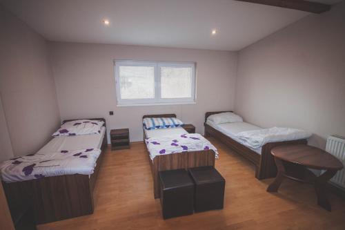 Posteľ alebo postele v izbe v ubytovaní Chata pod lesom