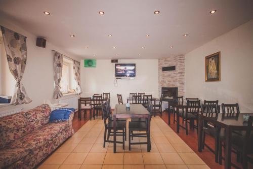 Reštaurácia alebo iné gastronomické zariadenie v ubytovaní Chata pod lesom