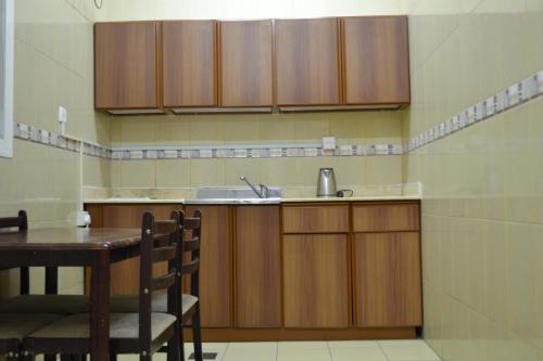 A cozinha ou cozinha compacta de Nojoom Yanbu