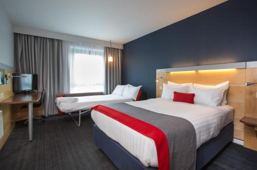 A bed or beds in a room at Holiday Inn Express Hamilton, an IHG Hotel
