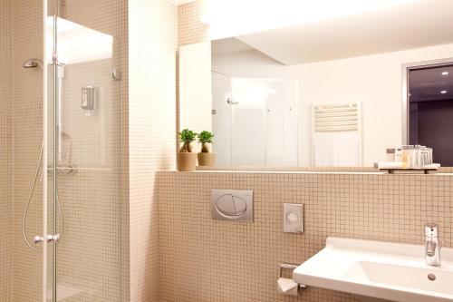 A bathroom at Vienna House Easy MO. Stuttgart
