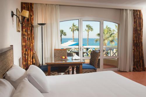 سرير أو أسرّة في غرفة في فندق  بورتو سخنة