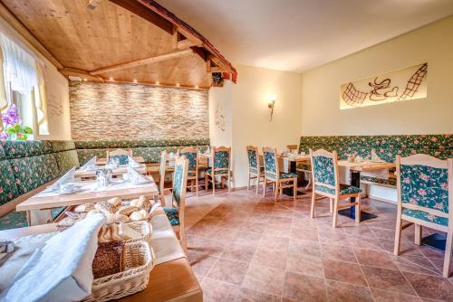 A restaurant or other place to eat at Cafe Hoyer Pension und Appartements