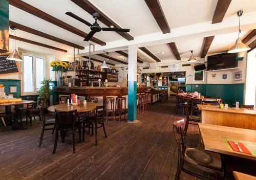 Un restaurante o sitio para comer en Happy Inn Lodge