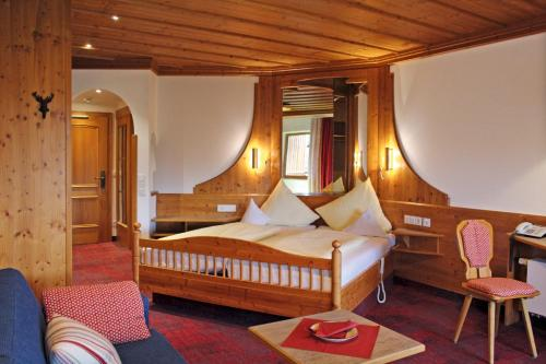 A bed or beds in a room at Hotel am Haslinger Hof
