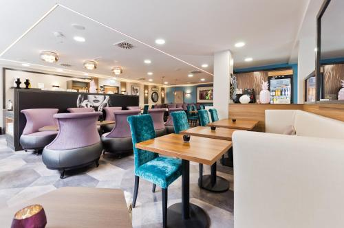 A restaurant or other place to eat at Arthotel ANA Diva