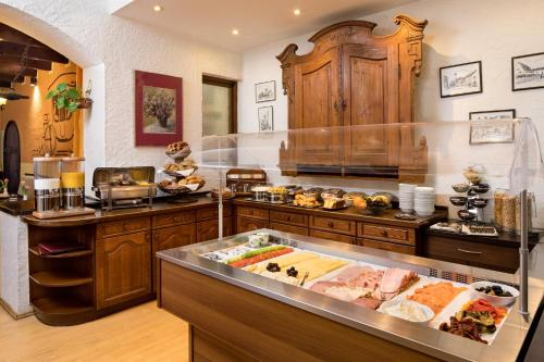 A kitchen or kitchenette at Hotel Alte Post
