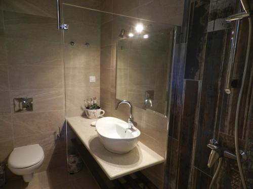 A bathroom at Summer Wine Friendly Resort