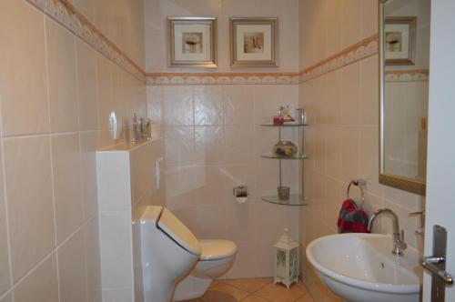 A bathroom at Hotel Restaurant Gerwing-Wulf