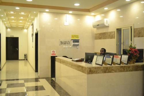 O saguão ou recepção de Manazel Al Faisal Furnished Apartments