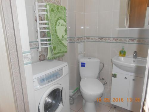 A bathroom at Apartment Kaliningradskiy