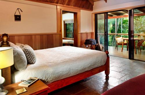 A bed or beds in a room at Sharlynn by the River