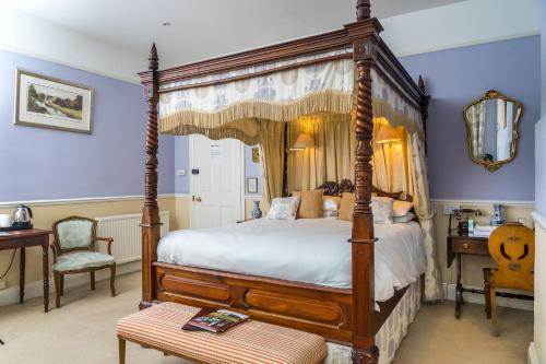 A bed or beds in a room at Oldfields House