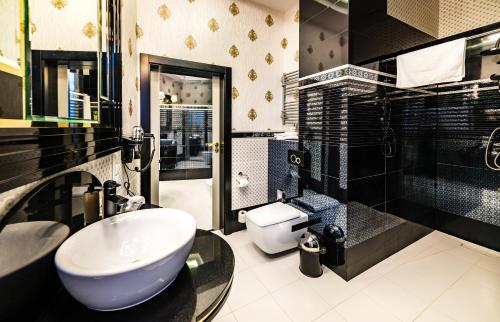 A bathroom at Hotel Dana Business & Conference