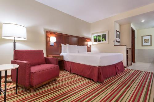 A bed or beds in a room at Courtyard by Marriott Panama Multiplaza Mall