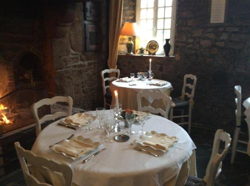 A restaurant or other place to eat at La Verte Campagne - Hotel Restaurant