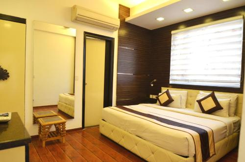 A bed or beds in a room at Hotel Metro View
