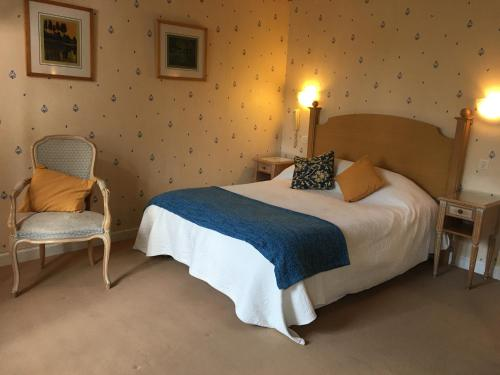 A bed or beds in a room at La Verte Campagne - Hotel Restaurant