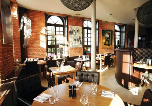 A restaurant or other place to eat at Salthouse Harbour Hotel
