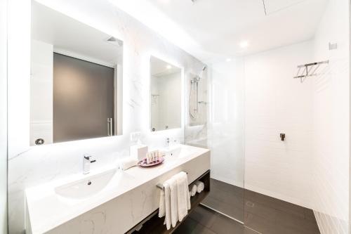 A bathroom at Sage Hotel James Street