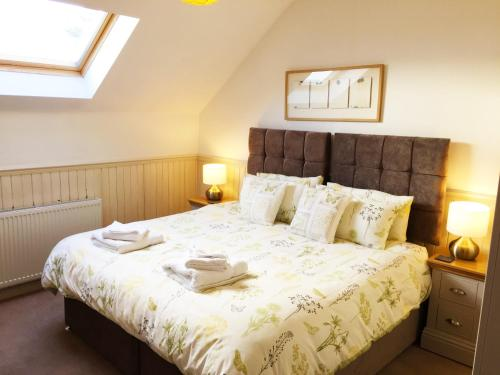 A bed or beds in a room at Hillview Cottage