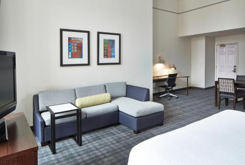 A seating area at Residence Inn Milwaukee Downtown