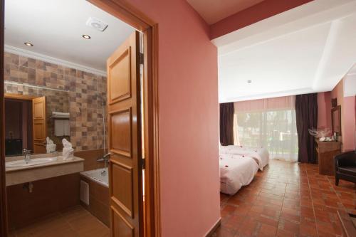 A bathroom at Hotel Dar Eddaya