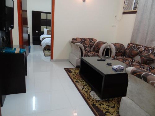 Uma área de estar em Royal Home Furnished Apartments