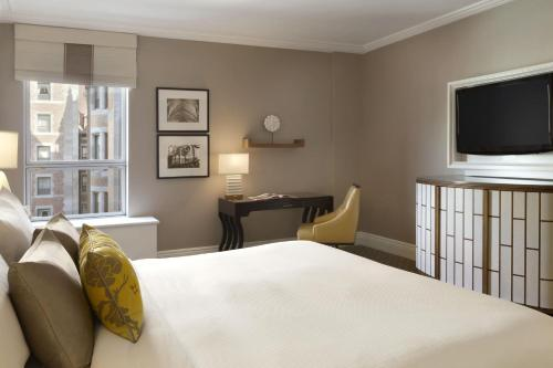A bed or beds in a room at Fairmont Le Chateau Frontenac
