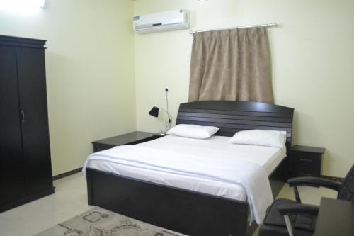 Cama ou camas em um quarto em Manazel Al Faisal Furnished Apartments