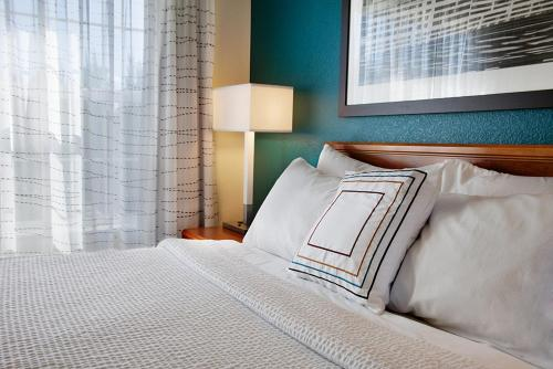 A bed or beds in a room at Residence Inn Eugene Springfield