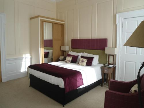 A bed or beds in a room at Links Hotel