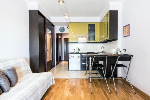 Кухня или мини-кухня в Apartment 4You Piter ThreE