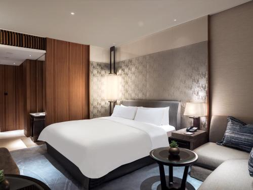 A bed or beds in a room at Kerry Hotel, Hong Kong