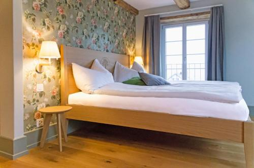 Ein Bett oder Betten in einem Zimmer der Unterkunft Gasthaus zum Bauernhof