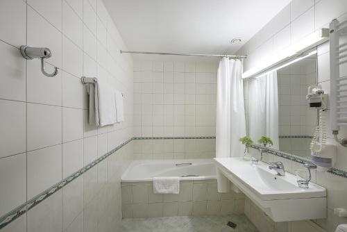 A bathroom at Grata by Centrum Hotels
