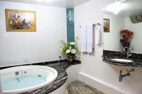 A bathroom at Hotel Riviera D Amazonia Belem Ananindeua